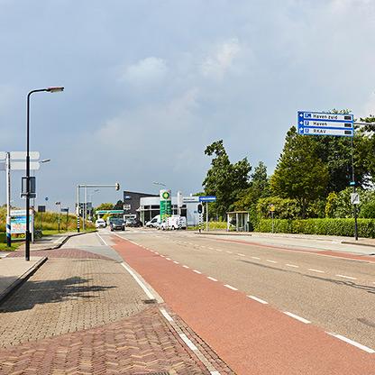 Julianaweg met benzinepomp in de achtergrond